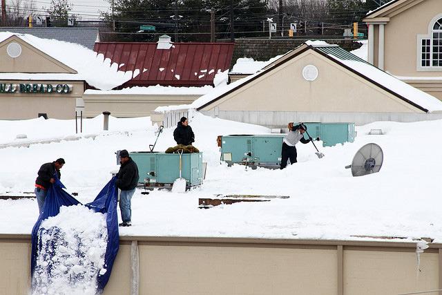 Автомобили мешают уборке снега